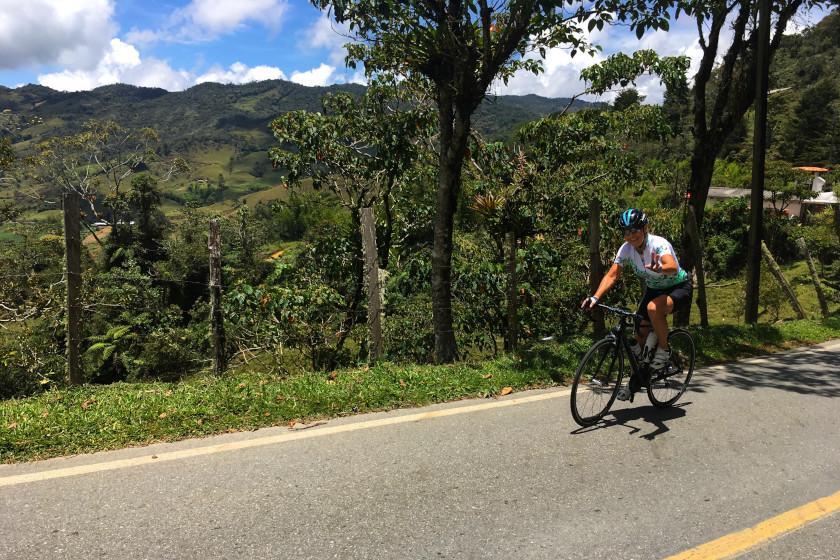 Rennradcamp Kolumbien: Kletterpartie in smaragd-grünen Bergen auf dem Weg nach Granada