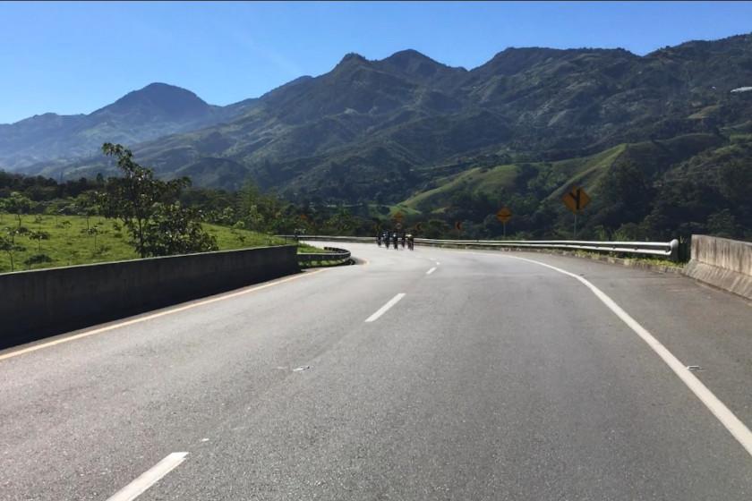 Rennradcamp Kolumbien: Tempo ballern mit Rennrad auf autofreier Autobahn