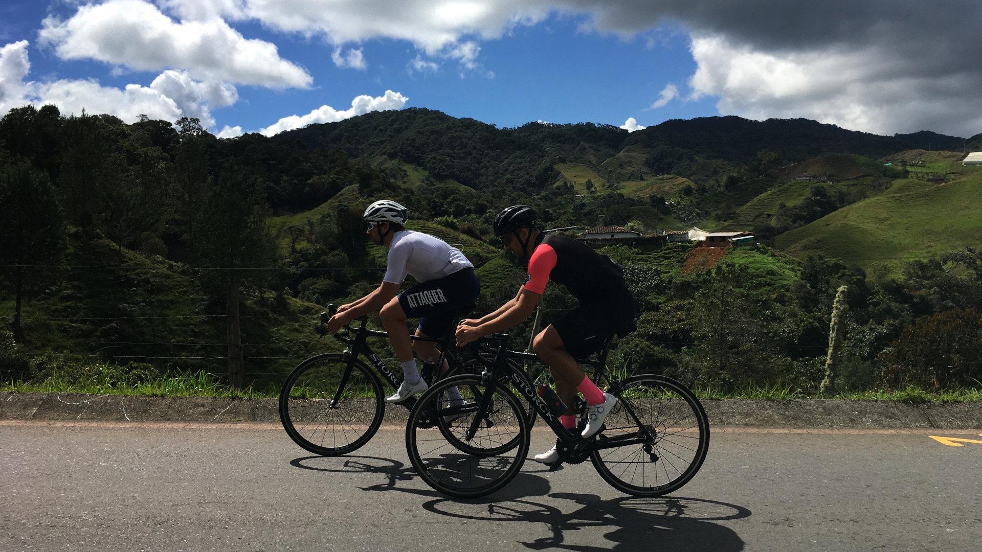 Zwei Teilnehmer eines unserer Rennrad Trainingslager in Kolumbien in smaragdgrüner Berglandschaft