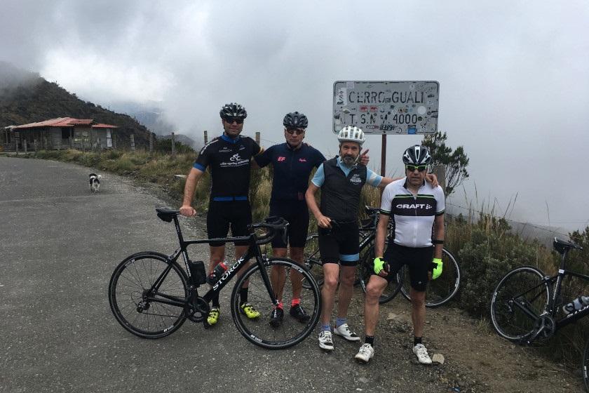 Rennradfahrer von Elite Cycling Colombia am Cerro Gualí