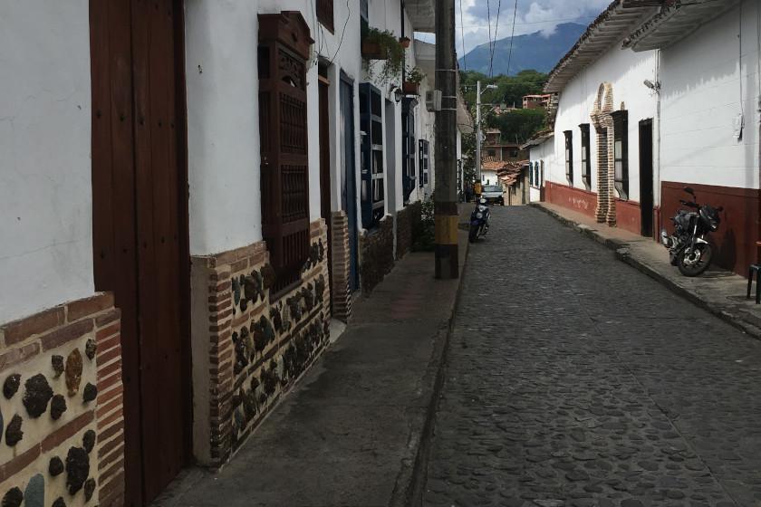 """Rennradreise """"Ruta del Café"""": Straße und koloniale Häuser in Santa Fe de Antioquia"""